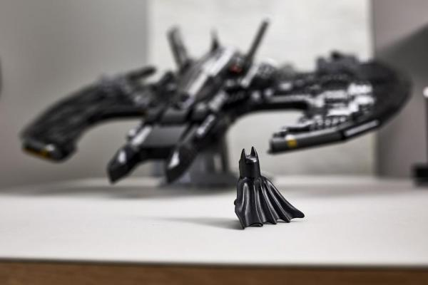 La minifigure di Batman davanti al Batwing