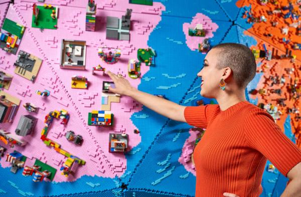 LEGO Rebuild the World. Il mappamondo con le creazioni dei bambini.
