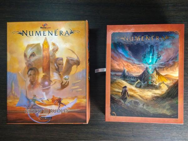 La scatola della prima edizione (sinistra) e il cofanetto del late pledge di Discovery + Destiny (destra).
