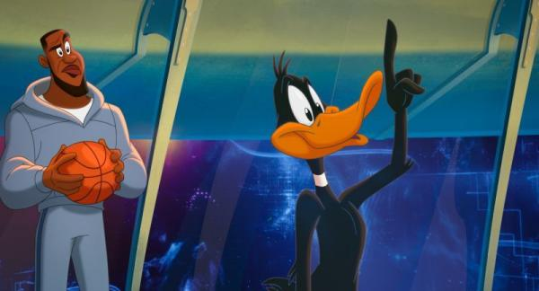 LEBRON JAMES e DAFFY DUCK in Space Jam - New Legends. Warner Bros. Pictures.
