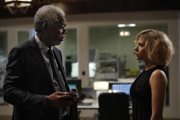 Morgan Freeman e Scarlett Johansson