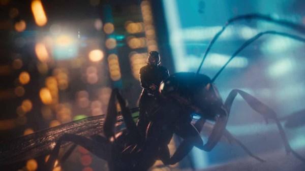 Ant-Man a cavallo di una formica
