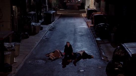 Bruce Wayne (David Mazouz) appena sopravvissuto all'assassinio dei suoi genitori Thomas e Martha in un'inquadratura che ricorda il tragico episodio com'è narrato nei fumetti.
