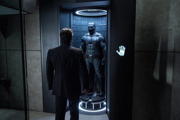 Bruce Wayne (Ben Affleck), di spalle, davanti al Batsuit concepito e realizzato da Michael Wilkinson (foto esclusiva di Empire)