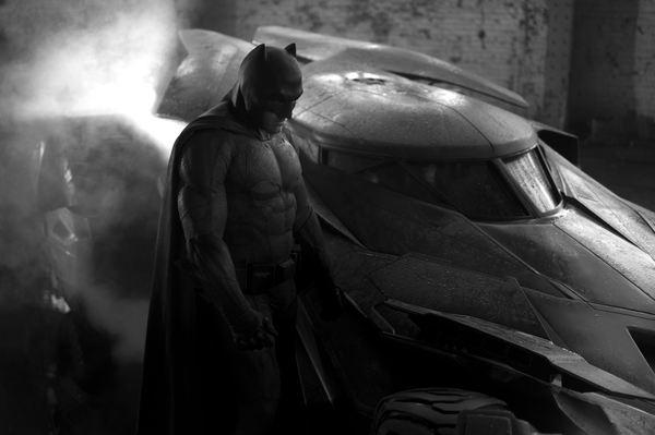 La prima immagine ufficiale del Batsuit diffusa da Zack Snyder (sullo sfondo, la Batmobile)