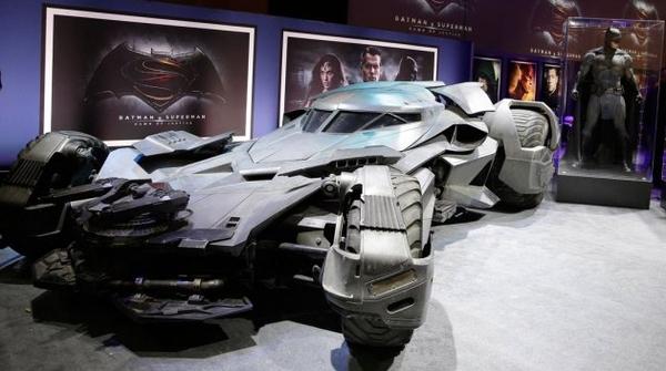 La Batmobile e il Batsuit esposti al pubblico del Licensing International Expo 2015