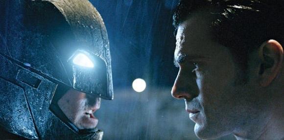 Il faccia a faccia tra Batman (Ben Affleck) e Superman (Henry Cavill) in un'immagine pubblicata da Entertainment Weekly