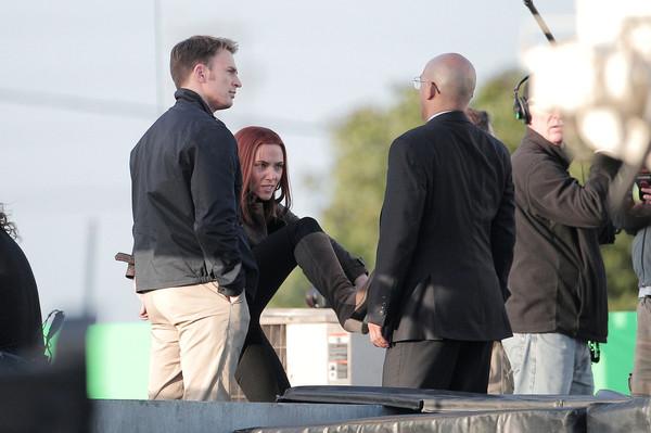 Chris Evans e Scarlett Johansson sul set di Captain America: The Winter Soldier.