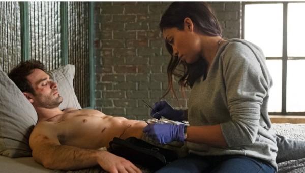 Charlie Cox e Rosario Dawson in Daredevil