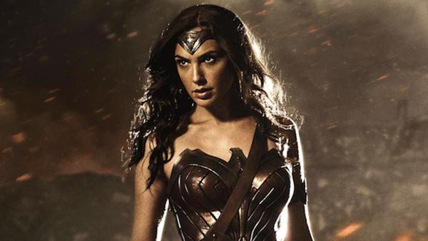 Dettaglio dell'immagine ufficiale di Gal Gadot nel costume di Wonder Woman