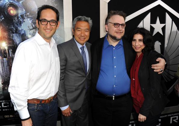 Gli alti dirigenti della Warner Bros. con il regista e produttore Guillermo del Toro alla première di Pacific Rim (2013). Da sinistra: Greg Silverman (presidente della produzione mondiale), Kevin Tsujihara (amministratore delegato) e Sue Kroll (presidente del marketing mondiale)