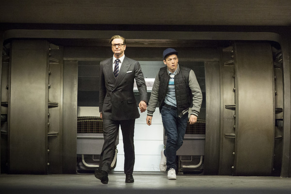 Taron Egerton insieme a Colin Firth in Kingsman - Secret Service