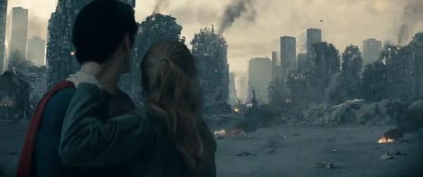 La distruzione di Metropolis nel finale de L'Uomo d'Acciaio osservata da Superman (Henry Cavill) e Lois Lane (Amy Adams)