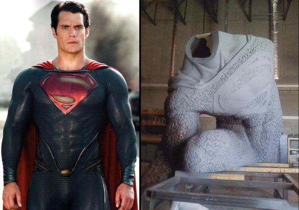 Il costume di Superman ne L'Uomo d'Acciaio (a sinistra) e la prima immagine diffusa in rete della statua dedicata al supereroe che apparirà nel sequel (a destra)