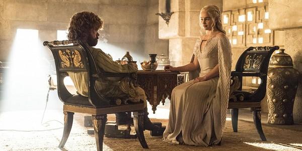 Peter Dinklage ed Emilia Clarke nella quinta stagione di Il Trono di Spade