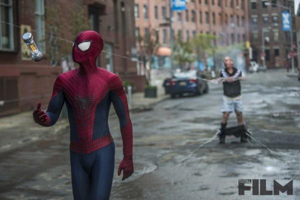 Spider-Man imprigiona Paul Giamatti in The Amazing Spider-Man 2: il potere di Electro.