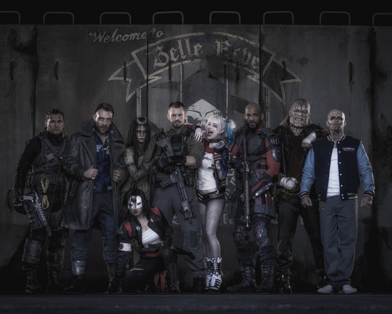 La Suicide Squad nella prima immagine ufficiale che la ritrae al completo. Da sinistra a destra, in piedi: George 'Digger' Harkness/Captain Boomerang (Jai Courtney), June Moon/Incantatrice (Cara Delevingne), Rick Flag (Joel Kinnaman), Harleen Quinzel/Harley Quinn (Margot Robbie), Floyd Lawton/Deadshot (Will Smith), Waylon Jones/Killer Croc (Adewale Akinnuoye-Agbaje), Chato Santana/El Diablo (Jay Hernandez); seduta in primo piano: Tatsu Yamashiro/Katana (Karen Fukuhara)