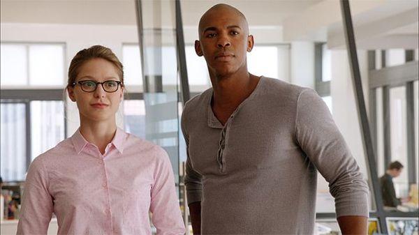 Melissa Benoist (Kara Danvers/Supergirl) e  Mehcad Brooks (James Olsen)
