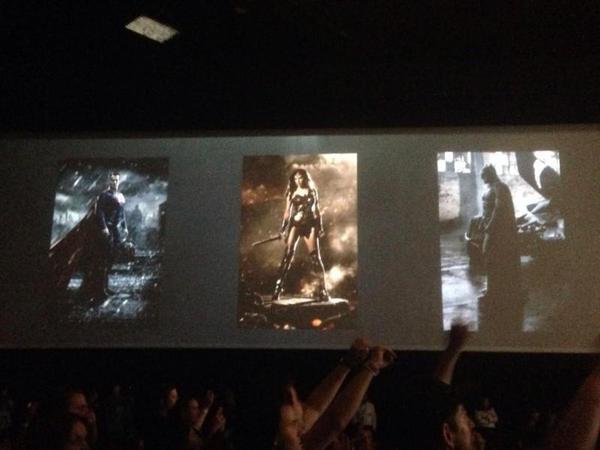 Una fotografia che mostra le immagini dei tre protagonisti di Batman v Superman esposte durante il panel della Warner Bros. (dal sito Batman-News)
