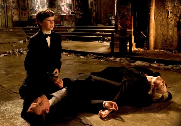 L'assassinio di Thomas (Linus Roache) e Martha (Sara Stewart) davanti agli occhi del loro figlio Bruce Wayne (Gus Lewis) in Batman Begins (2005)