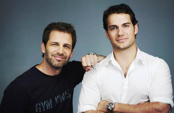 Zack Snyder (a sinistra) con Henry Cavill (a destra) che tornerà a interpretare Kal-El/Superman nel seguito de L'Uomo d'Acciaio