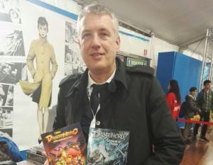 Stefano Vietti con gli albi Dragonero Adventure e Dragonero 54: Uccisori di draghi con copertina variant.