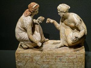Giocatrici di astragali, terracotta greco-ellenistica proveniente da Capua, 340-330 a.C. ca (Londra, British Museum)