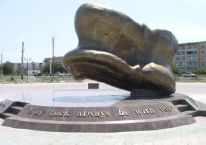 L'astragalo simbolo di buona fortuna. Monumento ad Atyrau (Kazakistan)