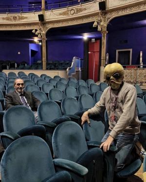 L'alieno Tsplusf mascotte della rassegna, assieme a Roberto Guidoni (foto cortesia Trieste Science Plus Fiction)