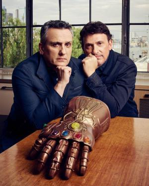 Joe e AnthonyRusso con il Guanto dell'Infinito. (Foto: Joe Pugliese, Esquire.com)