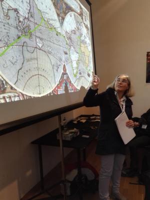 Francesca D'Amato mostra la rotta dei Corsari attraverso il mondo all'educational Pirati: dai sette mari allo spazio e oltre.