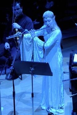 """Una """"elfa"""" musicista durante l'esecuzione della Sinfonia degli Anelli"""