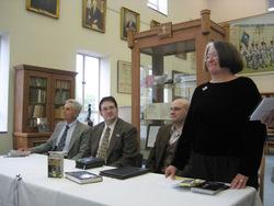 Il secondo da sinistra è Brandon Sanderson, la donna in piedi sulla destra è Harriet McDougal (o Popham Rigney, a seconda che si usi il cognome del primo marito, o il suo da ragazza unito a quello del secondo marito, cioè Robert Jordan)