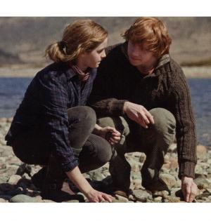 Un'immagine che ritrae Emma Watson e Rupert Grint nei panni di Hermione Granger e Ron Weasley