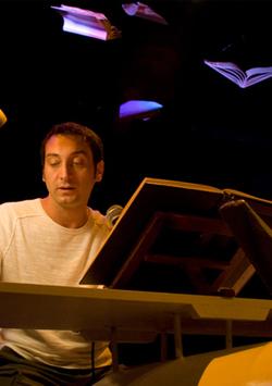 Corrado d'Elia in un momento dello spettacolo Don Chisciotte. Diario intimo di un sognatore.