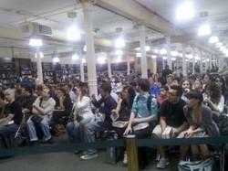 La folla presente all'Astor Place Barnes e Noble per la sessione autografi di George R.R. Martin