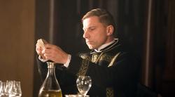 Fra Pavel membro del Magisterium. Il personaggi di Simon McBurney non è presente nel libro dal quale è tratto il film.