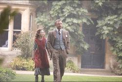 Lyra e Lord Asriel a passeggio nel giardino del Jordan College
