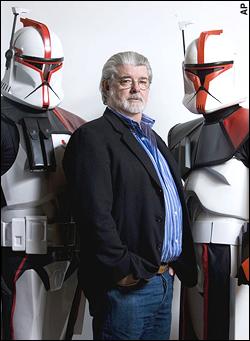 Il regista George Lucas fra due costumi originali tratti da Star Wars.