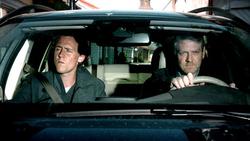 Tom Hiddleston e Kenneth Branagh in una scena di Wallander