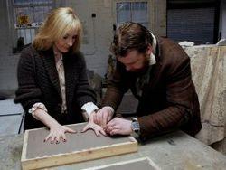 J.K. Rowling mentre lascia impressi i palmi