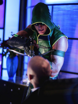 Justin Hartley nei panni di Green Arrow