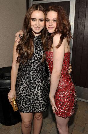 Lily Collins in nero e Kristen Stewart in rosso