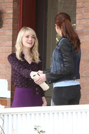 La prima stretta di mano tra Gwen (Emma Stone) e Mary Jane (Shailene Woodley)