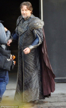 Russell Crowe nei panni di Jor-El