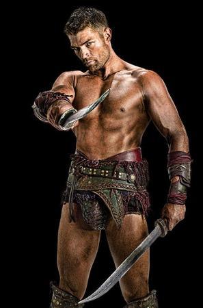 Liam McIntyre nei panni di Spartacus