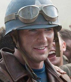 Chris Evans nel ruolo di Steve Rogers sul fronte della II Guerra Mondiale.