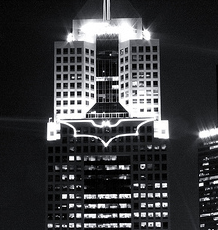 Il simbolo di Batman sull'Highmark Building di Pittsburgh (Pennsylvania).