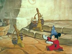 Topolino alle prese con i manici di scopa nel classico Disney del 1940.<br>
