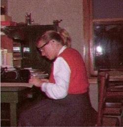 Marion Zimmer Bradley in un'introvabile foto del 1962, mentre scrive uno dei suoi romanzi